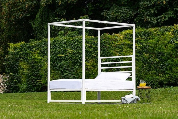 outdoor four poster bed